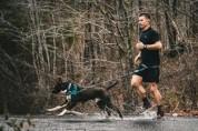 마라톤에 난입해 24km를 뛴 유기견, 감동받은 선수에게 입양