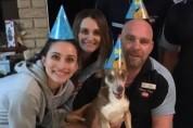 온 가족이 불러주는 생일 노래에 미소 짓는 노령견